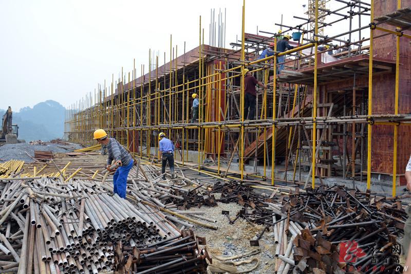 承接钢结构工程、厂区地面?#19981;��?#21378;房翻新改造建设等