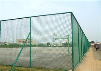盐城斜孔铁丝包塑体育场围网厂家直销价格低