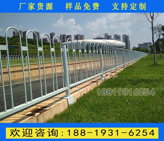 三亚景区道路隔离围栏现货 广州市政锌钢护栏定做 京式道路隔离栅